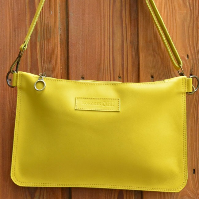 La pochette cuir jaune